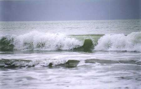 Son las olas del mar que vienen y van sin cesar. ¿Quién llama a mi puerta?